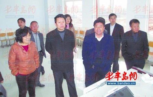 近日在五莲县教育局副局长魏本福的带领下五莲县&quot十佳老教师&quot来到