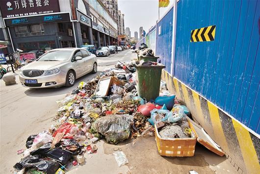 武汉一街道边垃圾堆成山无人清 占据了一股车道