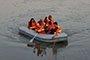 十堰一游船搁浅14名游客被困河中 消防迅速施救