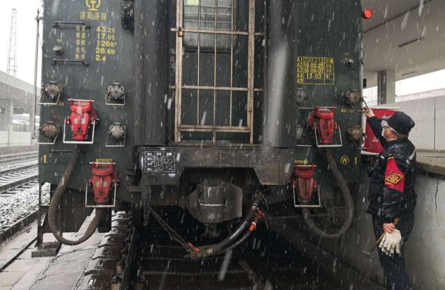 """湖北襄阳:风雪天气下坚守岗位的战""""疫""""人"""