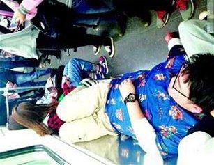 武汉男子早高峰躺地铁座椅打鼾 无人喊醒他