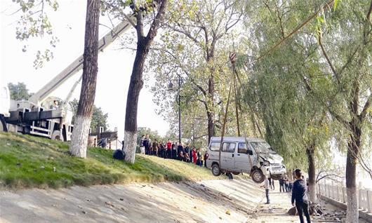 面包车失控险些冲入湖 事故原因警方正在调查
