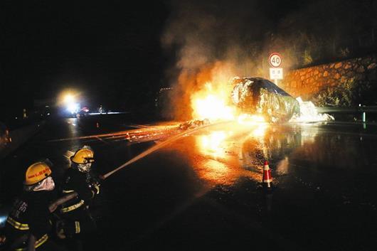大货车凌晨高速路上自燃 消防等多部门联手施救
