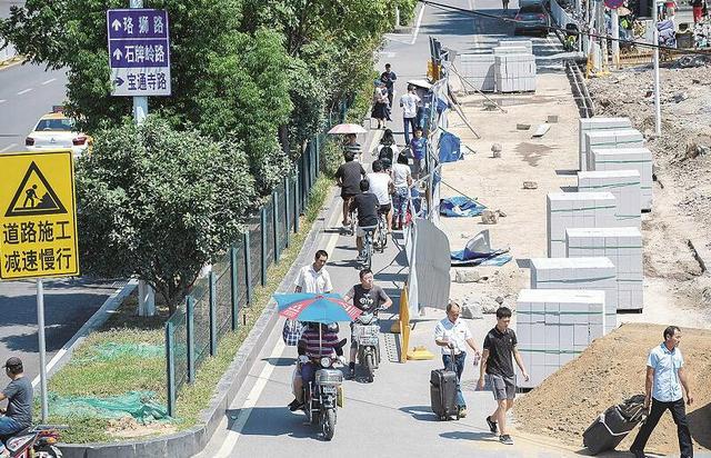 武汉一大厦爆破两月 未清理渣土给居民造成不便