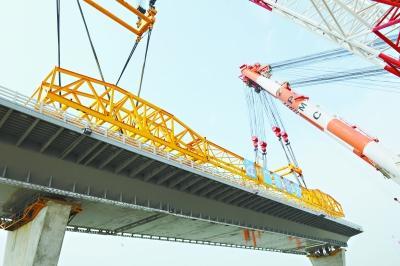 武船造珠港澳大桥首个特大钢箱梁吊装成功