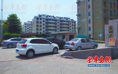 的纠纷问题 ,小区物业禁止不买车位的车辆入内,业主无奈将汽车高清图片