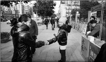 志愿者武汉街头发放避孕套 遭男女路人两极待