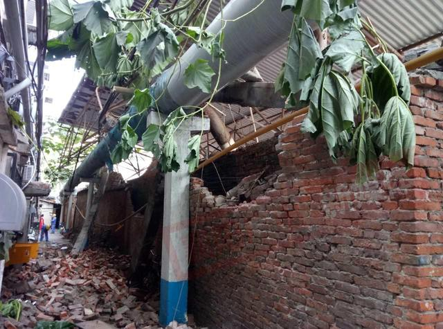 樊城市米公农贸市场发生墙体倒塌 两人受伤