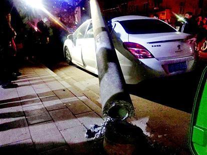 货车拉倒电线杆砸中路边小车 骑车男子被砸伤