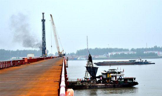 为辅助赤壁长江公路大桥修建的主栈桥