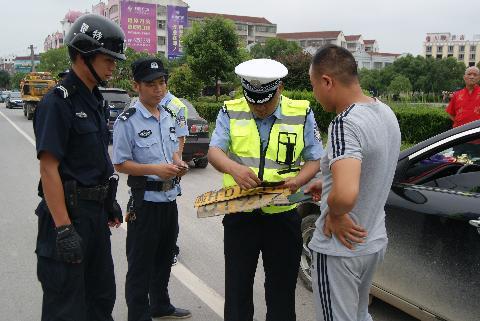 武穴开展全市联合交通整治 157名违法司机被拘
