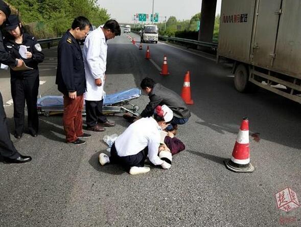 90后男子在高速上突然跳桥 直接落在行车道