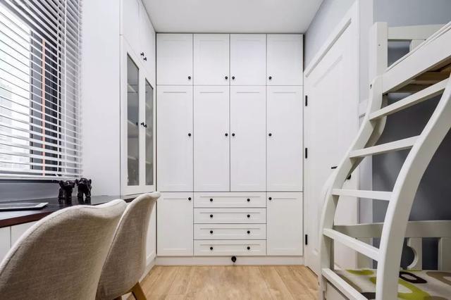 打造了一个衣帽间,双层床的设计也超省空间,这样的设计值得小户型借鉴图片