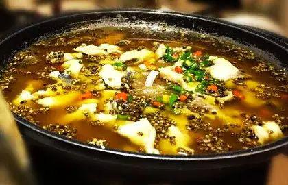 青睐的是酸汤鱼火锅,如酸菜味或番茄味,鱼汤鲜美,肉质细嫩;如果点草鱼