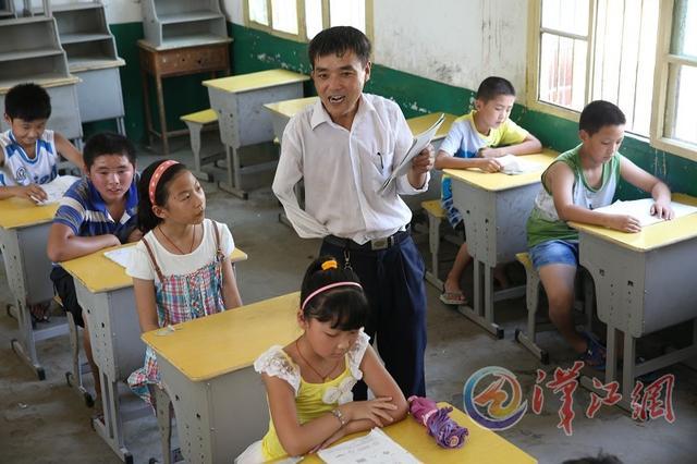 襄阳一教师右臂截肢 在最偏僻小学坚守讲台11年