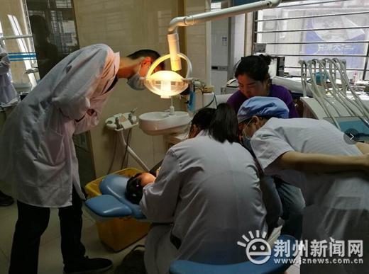 荆州3岁女童牙齿根部长出脓包 竟是这件事惹的祸