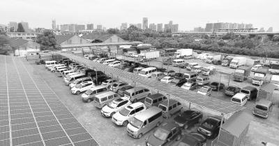 武汉首个光伏停车棚投入使用 既能停车又能发电