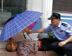 搬砖工醉闹派出所酣睡台阶 民警无奈为其撑伞