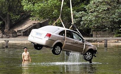 武汉一博导驾车冲进东湖溺亡 出事点不见刹车痕