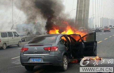 二七长江大桥一轿车自燃