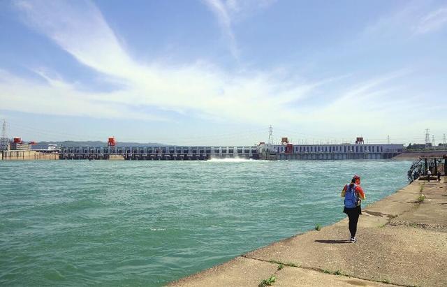 因连日来长江流域持续降雨 葛洲坝今年首次泄洪