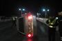 司机开车摸鼻子 导致小车连续翻滚后撞上护栏