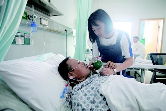 父亲操劳过度患重病 孝顺女儿欲辍学打工挣手术费