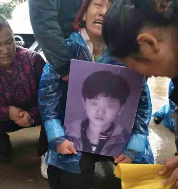 河南一初中生校内死亡 家人称被同学一脚跺死
