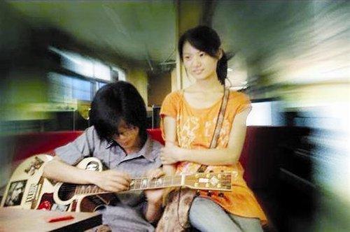 武汉女孩爱上草根歌手 逃婚与其私奔随爱流浪