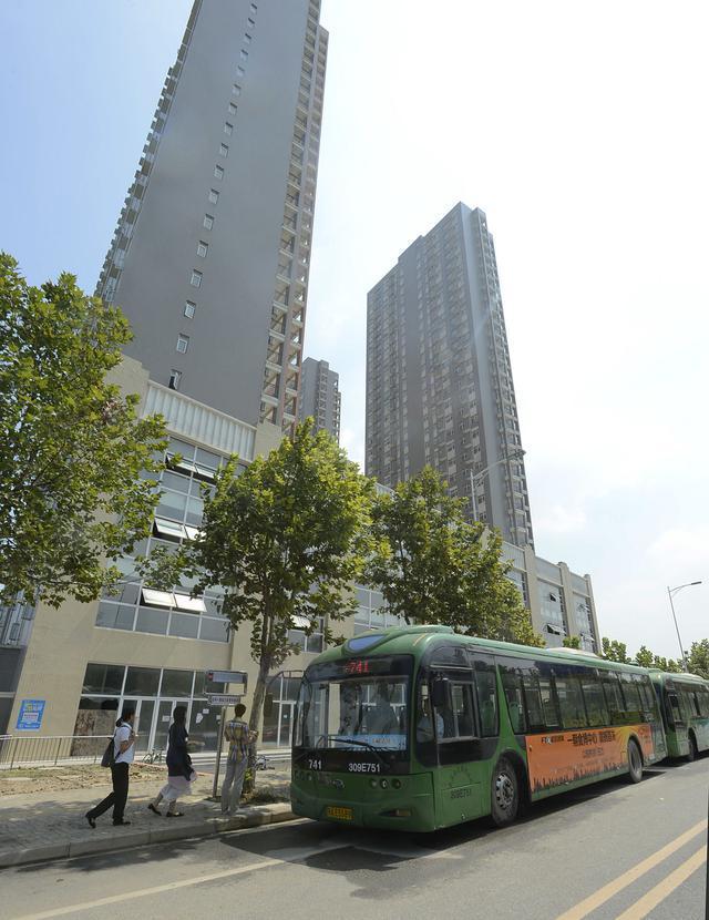 9月12日,临空港青年城门口,公交741路延长营运到此。(记者 张宁 摄)