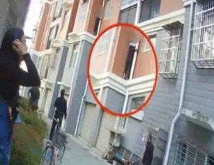 14岁男孩爬3楼外墙轻生 父亲还朝他扔水瓶