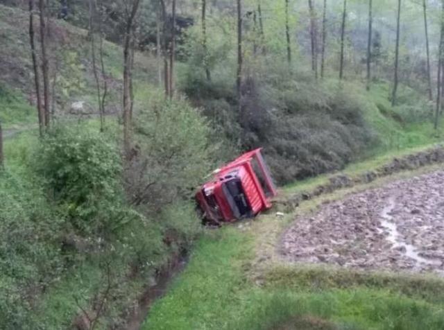 车辆失控侧翻到约20米山沟