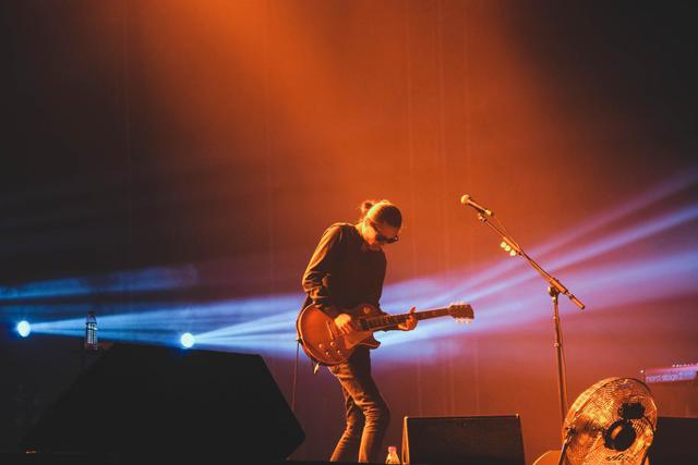 谢天笑巡演high到武汉 现场用吉他弹古筝