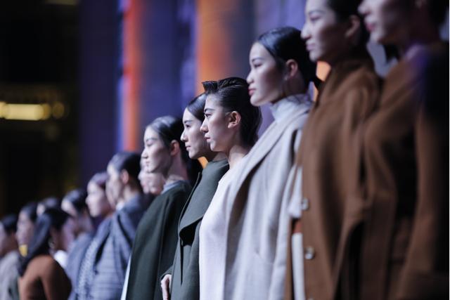 武汉时装周玩跨界艺术 百年老街秒变时尚秀场