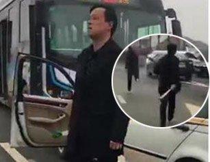 宝马男与公交车发生擦碰 当场持械打砸