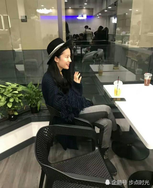 刘亦菲反戴帽子美如仙 躲在男演员背后调皮可爱