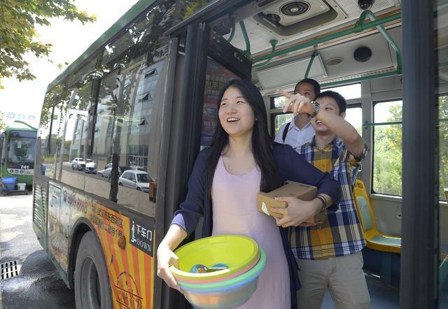 9月12日,在汉就业的大学毕业生们乘坐延长营运的公交741路来到临空港青年城门口。(记者 张宁 摄)