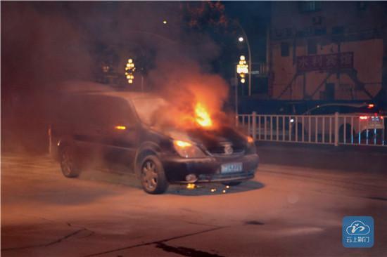 荆门一小车深夜发生自燃 现场情况十分紧急