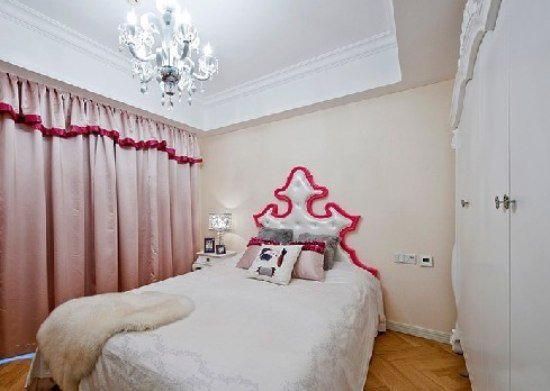 新古典装修风格:女儿房设计的就比较小女生一点,藤色粉刷的墙面和白色的吊顶让立面变得有层次,红色的窗帘让女儿房变的温馨起来,很有小女生的活泼和亮丽。
