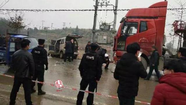 江西一面包车在阳新发生事故 已致10人死亡