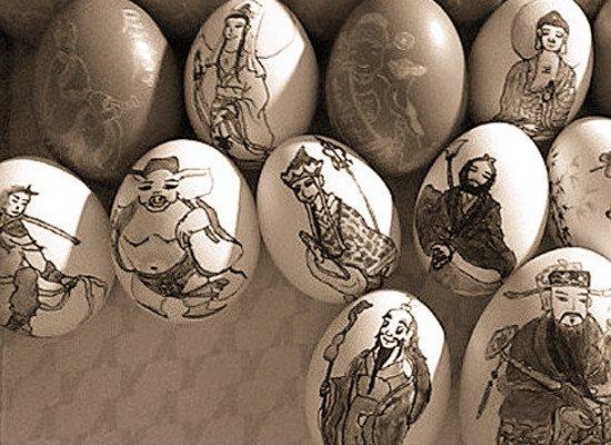 伍家岗一女子鸡蛋壳上雕画 希望展览蛋雕作品