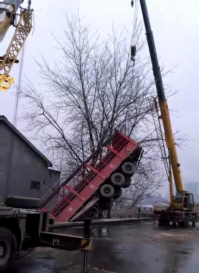 险!货车冲破护栏掉到桥下 撞上一栋三层楼民房