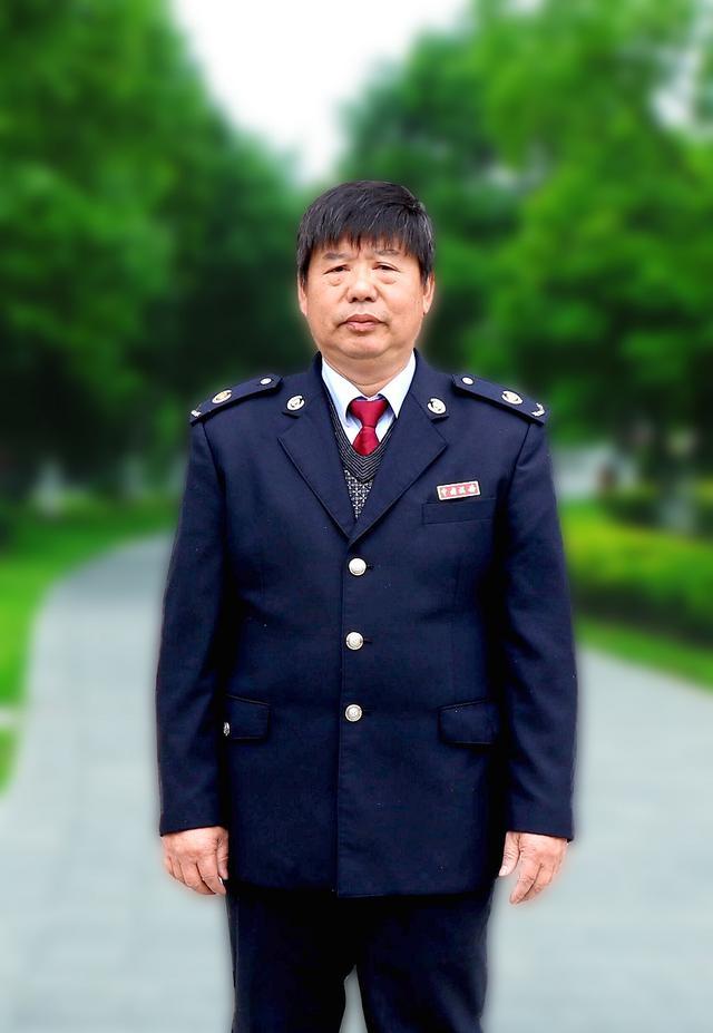 """二十五年的坚守——新厂分局的""""大槐树""""万其典"""