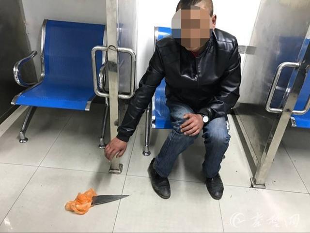 男子醉酒后持杀猪刀逛街 民警现场将其控制(图)