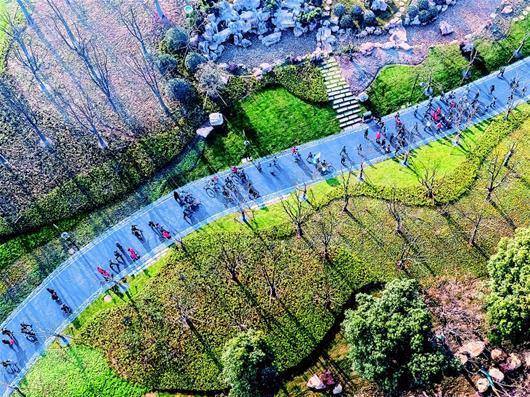 26日,东湖绿道二期开通,市民游客涌向白马洲绿道段徒步游览。(湖北日报全媒记者 梅涛 摄)