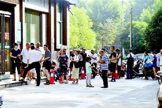 武汉居民排队换社保新卡 社保局:老卡还能使用