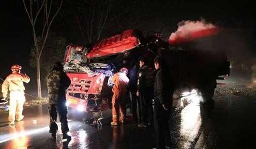 仙桃214省道货车大巴追尾 司机被困车辆受损