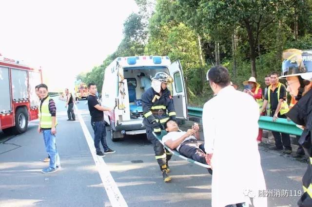 随州高速路上两车相撞 消防紧急救援被困司机