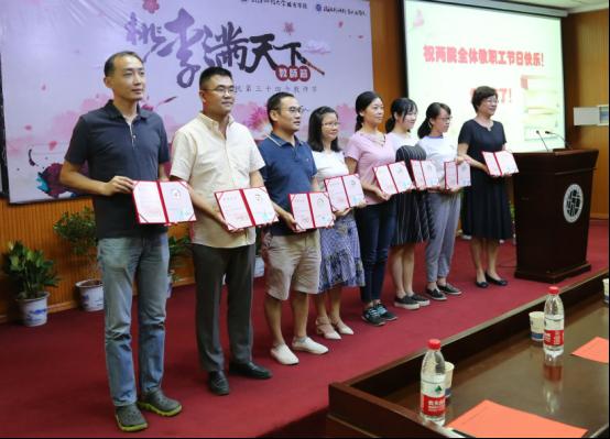 武汉一高校庆祝教师节 为教师颁发30克纯银纪念章