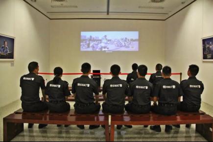 潜江公安组织民警参观湖北公安百名英模人像拍照展